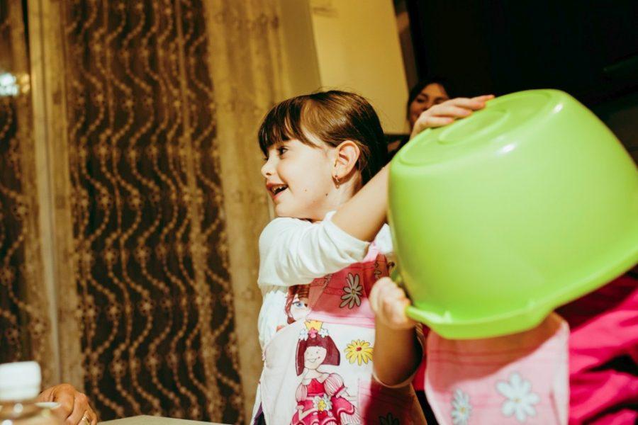 Mai totdeauna copiii se amuza cu castronul in cap
